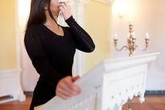 Donna con la strofinata che grida al funerale in chiesa fotografia stock