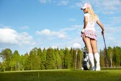 Donna con la strumentazione di golf fotografie stock