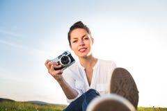 Donna con la sua macchina fotografica Immagine Stock