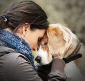 Donna con la sua scena dell'offerta del cane Fotografia Stock