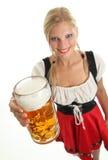 Donna con la tazza di birra Fotografia Stock