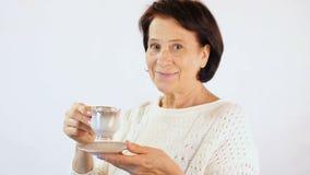 Donna con la tazza di caffè video d archivio