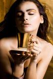 Donna con la tazza di caffè fotografia stock libera da diritti