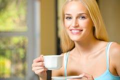 Donna con la tazza di caffè o il tè fotografia stock libera da diritti