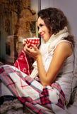 Donna con la tazza di caffè o il tè nel paese Fotografie Stock