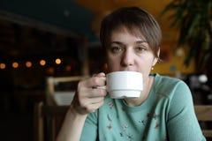 Donna con la tazza di tè Immagini Stock