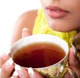 Donna con la tazza fresca di tè Immagini Stock