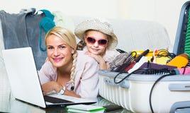 Donna con la vacanza di pianificazione della figlia Fotografia Stock