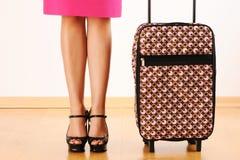 Donna con la valigia di corsa Immagine Stock