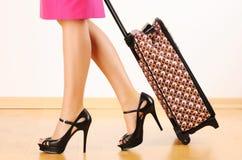 Donna con la valigia di corsa Fotografie Stock Libere da Diritti