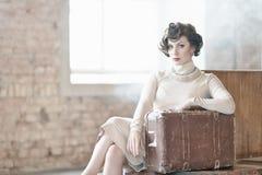 Donna con la valigia su una stazione ferroviaria Immagine Stock Libera da Diritti