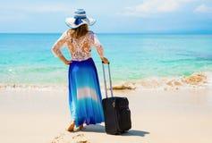 Donna con la valigia sulla spiaggia Fotografia Stock Libera da Diritti