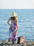 Donna con la valigia sulla spiaggia fotografie stock libere da diritti