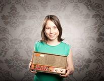 Donna con la vecchia retro radio Fotografia Stock
