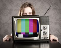 Donna con la vecchia TV Fotografia Stock Libera da Diritti