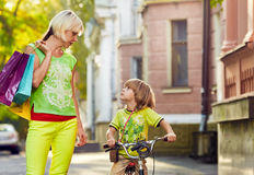 Donna con la via di camminata della città del figlio Fotografie Stock Libere da Diritti