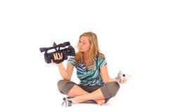 Donna con la videocamera portatile digitale Fotografia Stock
