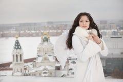 Donna con le ali di angelo che stanno sul tetto Fotografie Stock Libere da Diritti