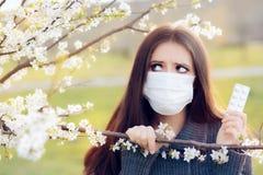 Donna con le allergie della primavera di combattimento della maschera del respiratore all'aperto Fotografie Stock