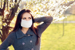 Donna con le allergie della primavera di combattimento della maschera del respiratore all'aperto Fotografia Stock Libera da Diritti