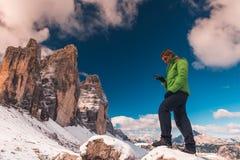 Donna con le alpi disponibile delle dolomia del navigatore di GPS Fotografia Stock