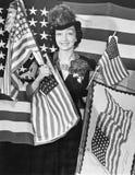 Donna con le bandiere americane (tutte le persone rappresentate non sono vivente più lungo e nessuna proprietà esiste Garanzie de Fotografia Stock Libera da Diritti