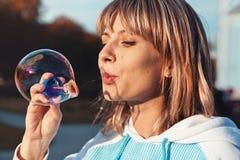 Donna con le bolle di sapone Fotografia Stock Libera da Diritti