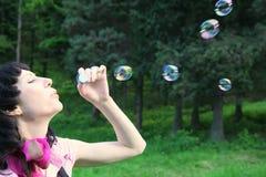 Donna con le bolle di sapone fotografia stock