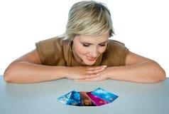 Donna con le carte di credito Immagini Stock