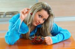 Donna con le ciliege Immagini Stock