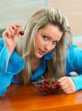 Donna con le ciliege Immagini Stock Libere da Diritti