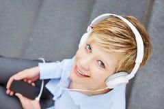 Donna con le cuffie che ascolta la musica Fotografia Stock Libera da Diritti