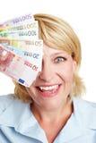 Donna con le euro fatture nella parte anteriore Fotografia Stock