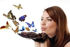 Donna con le farfalle di volo. Fotografia Stock