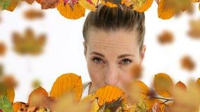 Donna con le foglie di starnuto e di autunno di allergia stock footage
