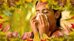 Donna con le foglie di starnuto e di autunno di allergia archivi video