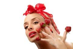 Donna con le fragole rosse Fotografia Stock