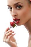 Donna con le fragole rosse Fotografia Stock Libera da Diritti