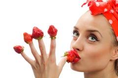 Donna con le fragole rosse Immagini Stock Libere da Diritti