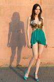 Donna con le gambe lunghe premurosa Fotografia Stock