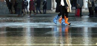 Donna con le guaine ad alta marea a Venezia Fotografia Stock