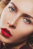 Donna con le labbra rosse fotografia stock libera da diritti