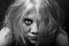 Donna con le lentiggini ed i capelli scompigliati Fotografie Stock Libere da Diritti