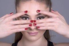 Donna con le mani e le dita sopra il fronte Immagini Stock Libere da Diritti