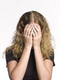 Donna con le mani nel suo fronte Fotografia Stock Libera da Diritti