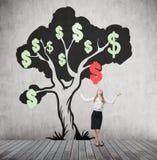 Donna con le mani nell'albero del dollaro e dell'aria con il segno di caduta Immagini Stock Libere da Diritti