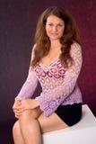 Donna con le mani sulle ginocchia Fotografie Stock