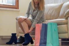 Donna con le nuove scarpe che danneggiano la sua gamba Fotografia Stock Libera da Diritti