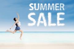 Donna con le nuvole di vendita di estate Fotografia Stock