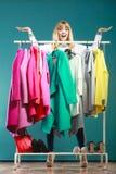 Donna con le palme aperte delle mani in centro commerciale o in guardaroba Immagini Stock